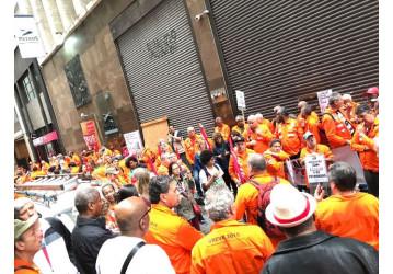 Petroleiros fecham rua no centro do Rio em defesa do Plano Petros 1
