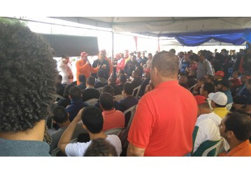Greve - Petroleiros da Rlam participam de assembleia nesse momento