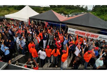 RLAM - Petroleiros decidem manter greve contra a redução do efetivo e em defesa da vida
