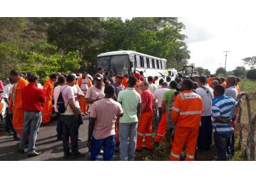 Trabalhadores paralisam atividades em Buracica e Miranga