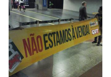 "Sindipetro ""recepciona"" deputados com protesto no Aeroporto"