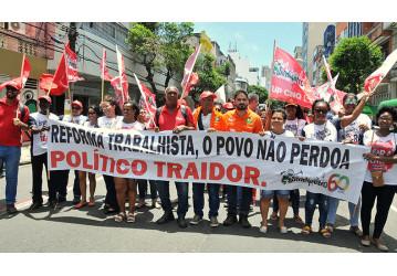 Nas ruas, petroleiros dizem não à reforma trabalhista; confira o vídeo