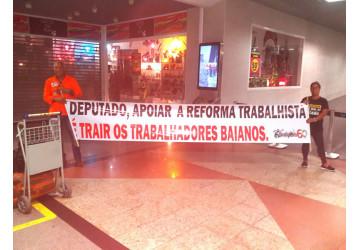 """Sindipetro  """"recepciona"""" deputados com protesto contra a reforma trabalhista"""