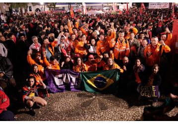 Diretores do Sindipetro Bahia, em Curitiba, se juntam a milhares que apoiaram Lula, durante depoimento ao juiz Moro
