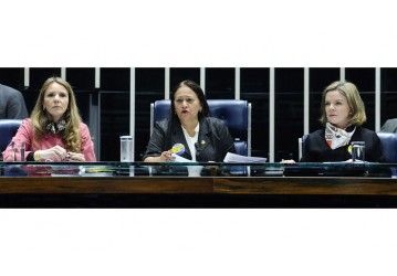 Senadoras ocupam mesa e Eunício suspende sessão da Reforma Trabalhista