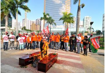 Sindipetro paralisa EDIBA em protesto contra a visita do golpista Pedro Parente; confira o vídeo