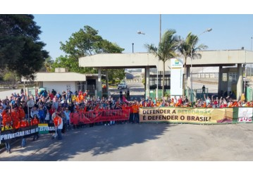 Em ato histórico, petroleiros e petroquímicos reafirmam luta unitária contra as privatizações