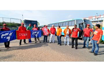Trabalhadores paralisam BR 324 contra reformas e privatização do Sistema Petrobrás