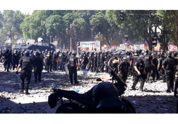 Sob fortes manifestações e greve, governo argentino tenta votar reformas no Congresso