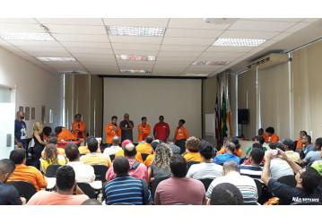 Assembleia pressiona gerência da RLAM a suspender oficialmente parada da U-32. Confira o vídeo
