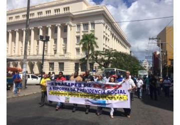 Aposentados protestam em Salvador