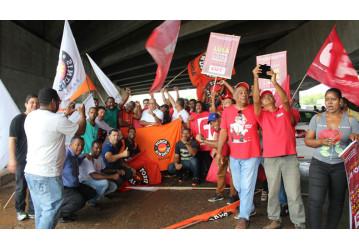 Sindipetro Bahia participa de ato no aeroporto de Salvador