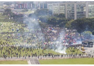 Brasília vira praça de guerra: ministérios em chamas e evacuados