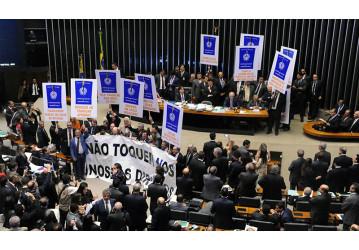 Câmara aprova reforma trabalhista e atiça greve geral na sexta