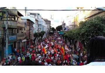 Passeata reúne mais de 60 mil no centro de Salvador