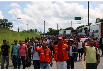 Bahia – Ato contra a venda da RLAM reuniu mais de mil petroleiros e terminou com caminhada ao som do hino nacional