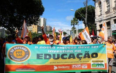Em manifestação que reuniu milhares de pessoas no centro de Salvador, Sindipetro defende o uso dos recursos do pré-sal para a educação