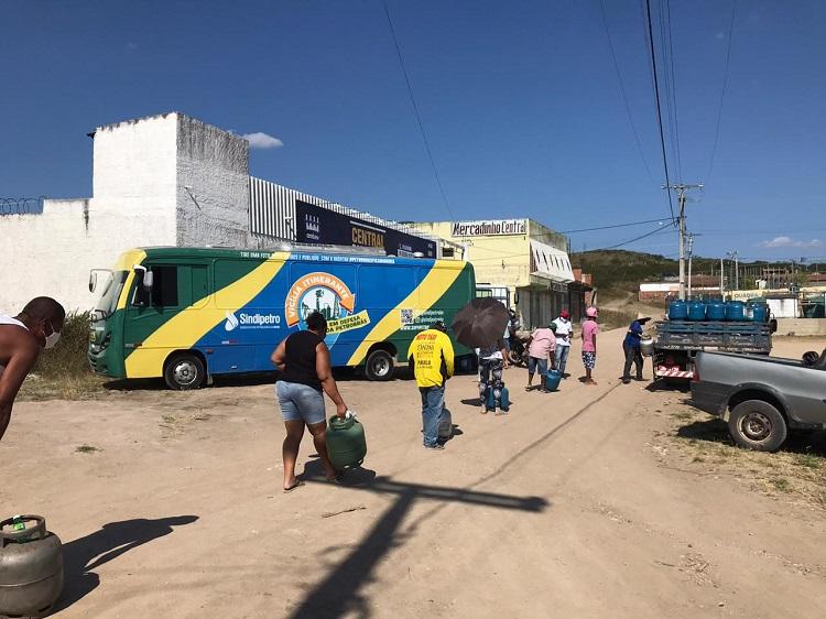 Alto preço do botijão de gás leva população a cozinhar com fogão à lenha no interior da Bahia