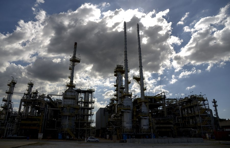 Redução drástica de efetivos eleva riscos de acidentes em refinarias da Petrobras
