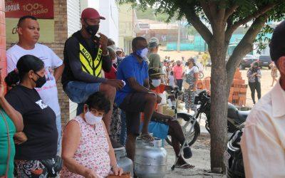 Ação do Sindipetro Bahia – Moradores de Ipirá fazem fila para comprar botijão de gás por R$ 50,00