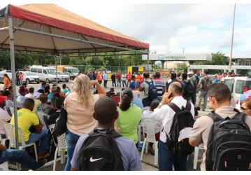 Trabalhadores fazem ato em defesa da FAFEN Bahia – Desembargador volta atrás e determina que a produção da empresa seja reiniciada