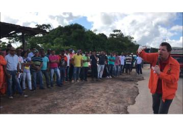 Trabalhadores e moradores da cidade de Pojuca realizam ato contra a venda do Campo de Miranga