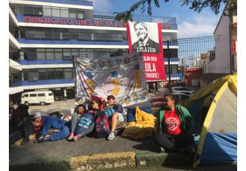 Vigília da resistência: milhares viram a noite no ABC em defesa de Lula