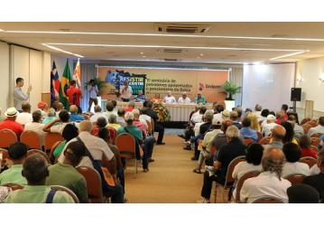 Mesa de debate avalia situação da Petrobras na Bahia e as consequências para a categoria, durante seminário